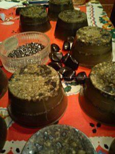 Orgoniti Tower buster in cera d'api, con shungite burattata centrale, graniglia di totmalina nera ed ematite burattata nella parte superiore.