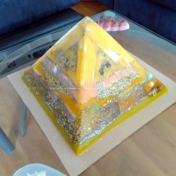 Supernatural Power 24 cm pyramid orgonite, rock quartz, selenit, rose quartz.