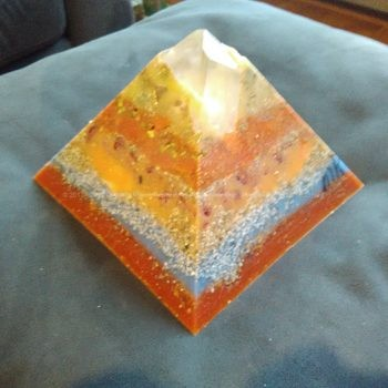 Meteo Test 17 cm piramide orgonite, rock crystals, rose quartz, black tourmaline, beeswax and metals.