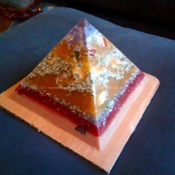 Mary Maddy 12 cm pyramid orgonite