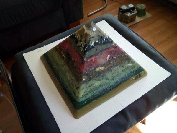 Erba 24 cm piramide orgonite