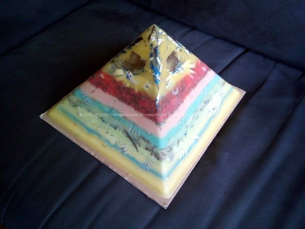 Repubblica 24 cm piramide orgonite, Fluorite, Quarzo laser, Doppia shungite.